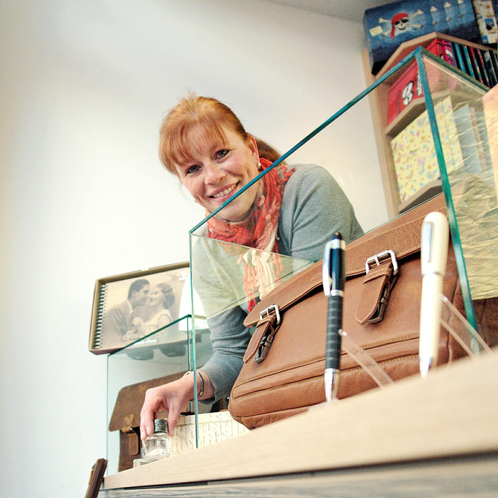 Die Norderneyerin Almuth Luttmann bei der Dekoration des Schaufenster ihres Papierwaren Fachgeschäfts