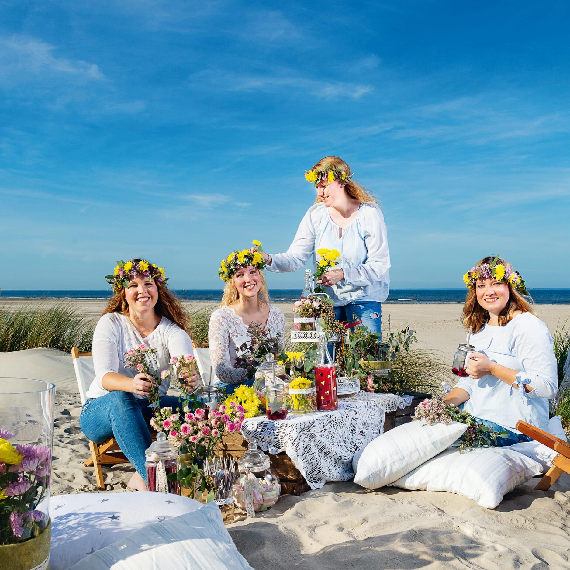 Die Norderneyer Blumenhändlerin Antje Boekhoff bei einem Blumenkranz Event am Strand an der Weissen Düne.
