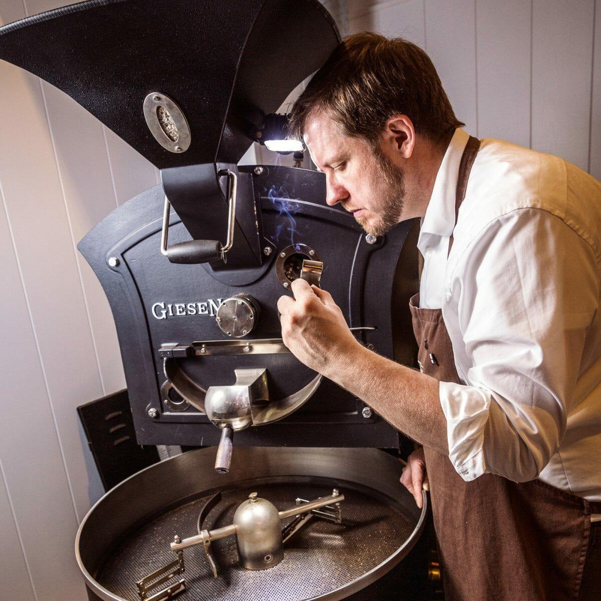 Stephan Freisleben in der Kaffeerösterein auf Norderney