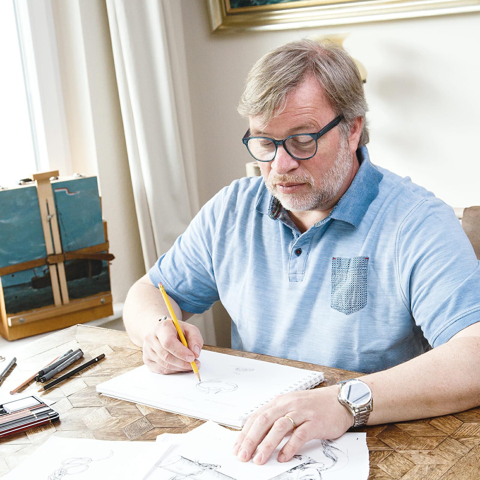 Jörn Namuth bei Entwurfsarbeiten seiner maritimen Norderney Accessoires