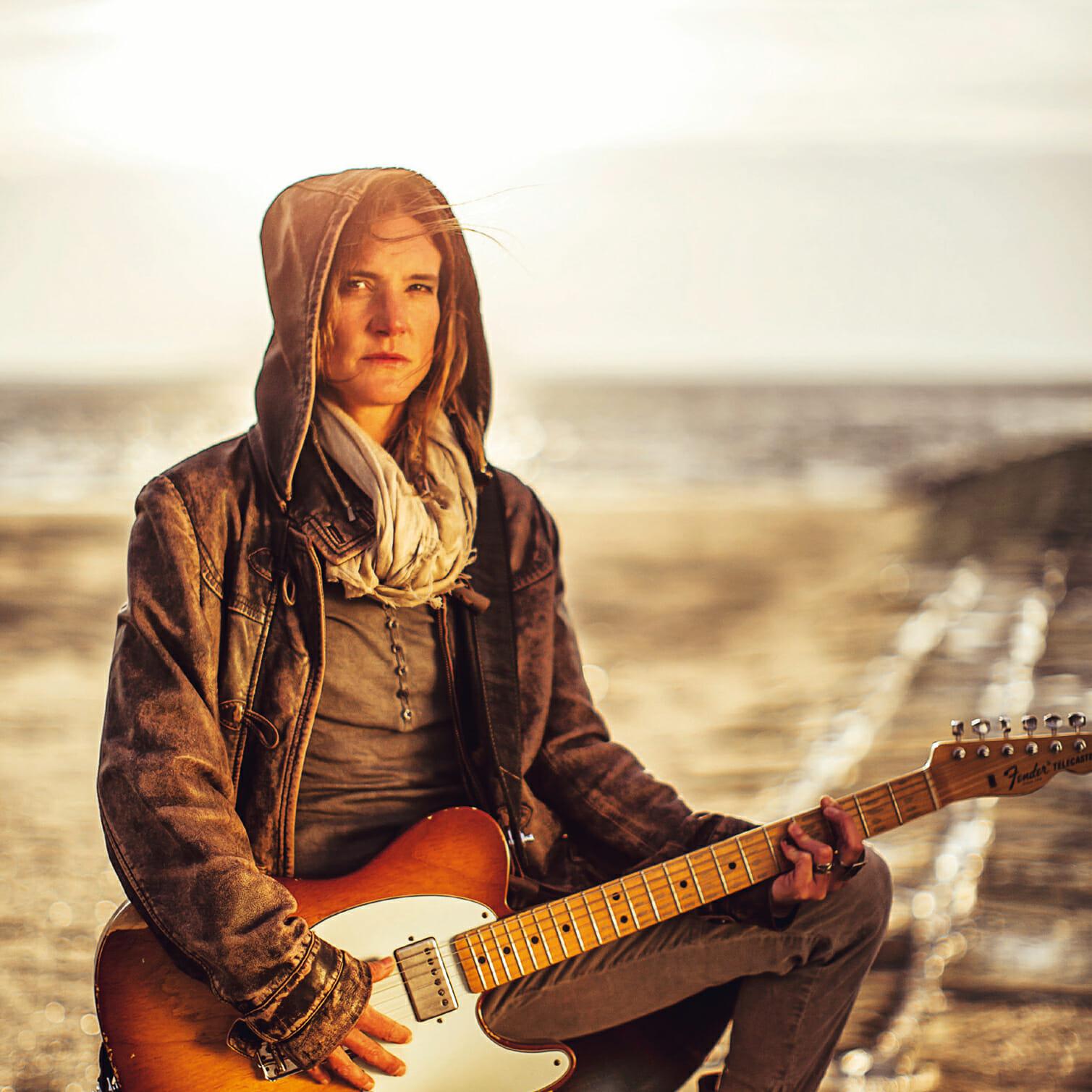 Doris Teriete mit Gitarre am Weststrand von Norderney