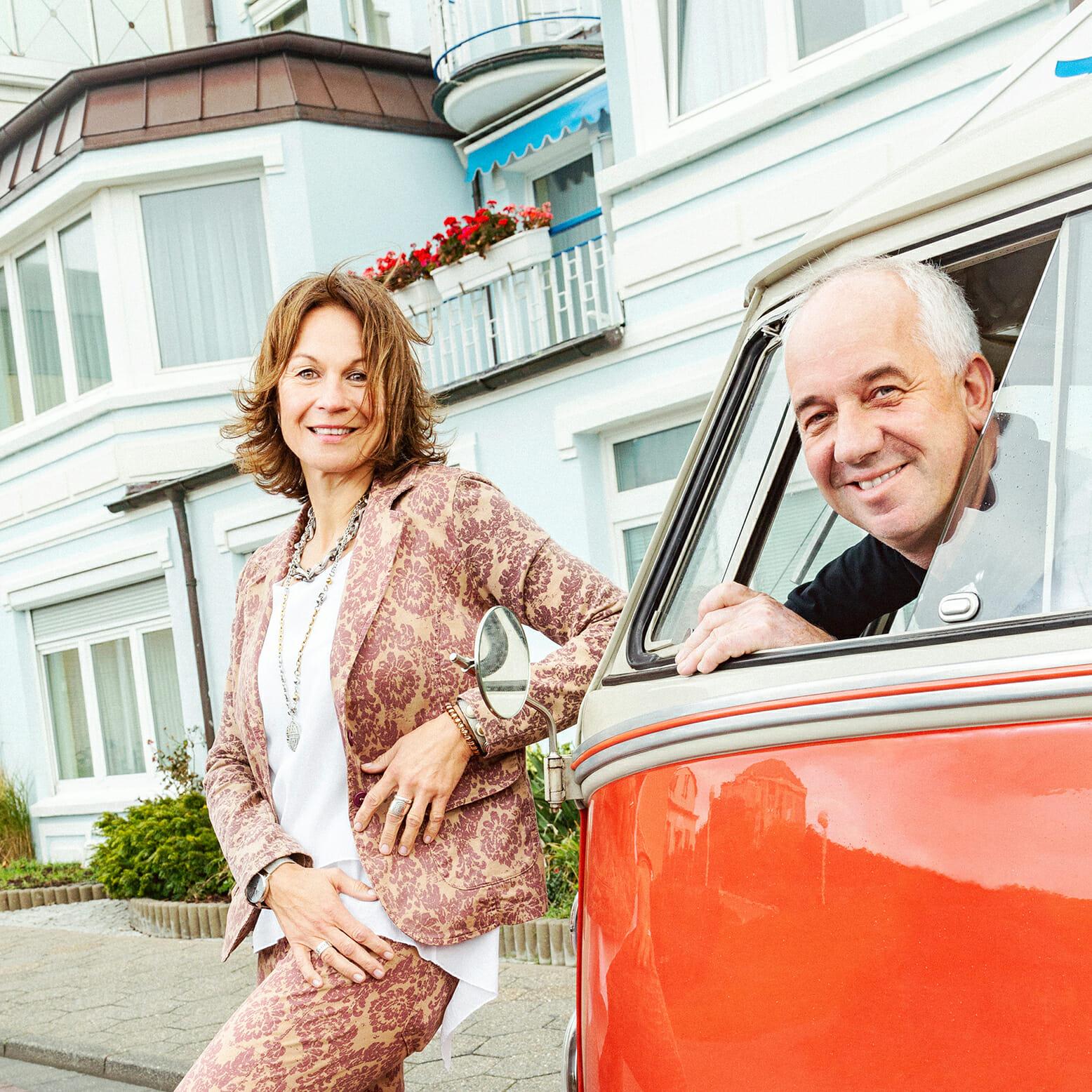 Monika und Uwe Ennen vor ihrem Hotel auf Norderney an ihrem VW Bulli T1