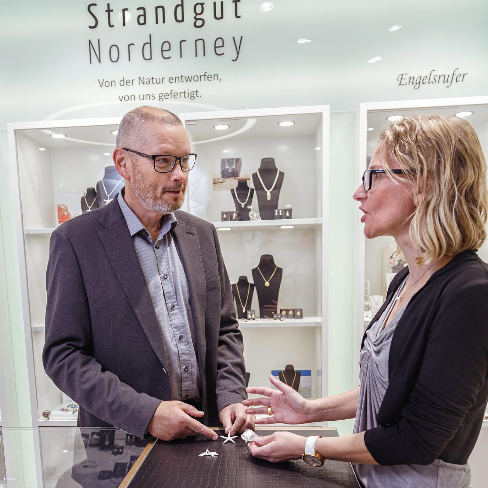 Goldschmiedemeister Günter Holtmann mit seiner Frau Birgit Holtmann in ihrem Geschäft auf Norderney