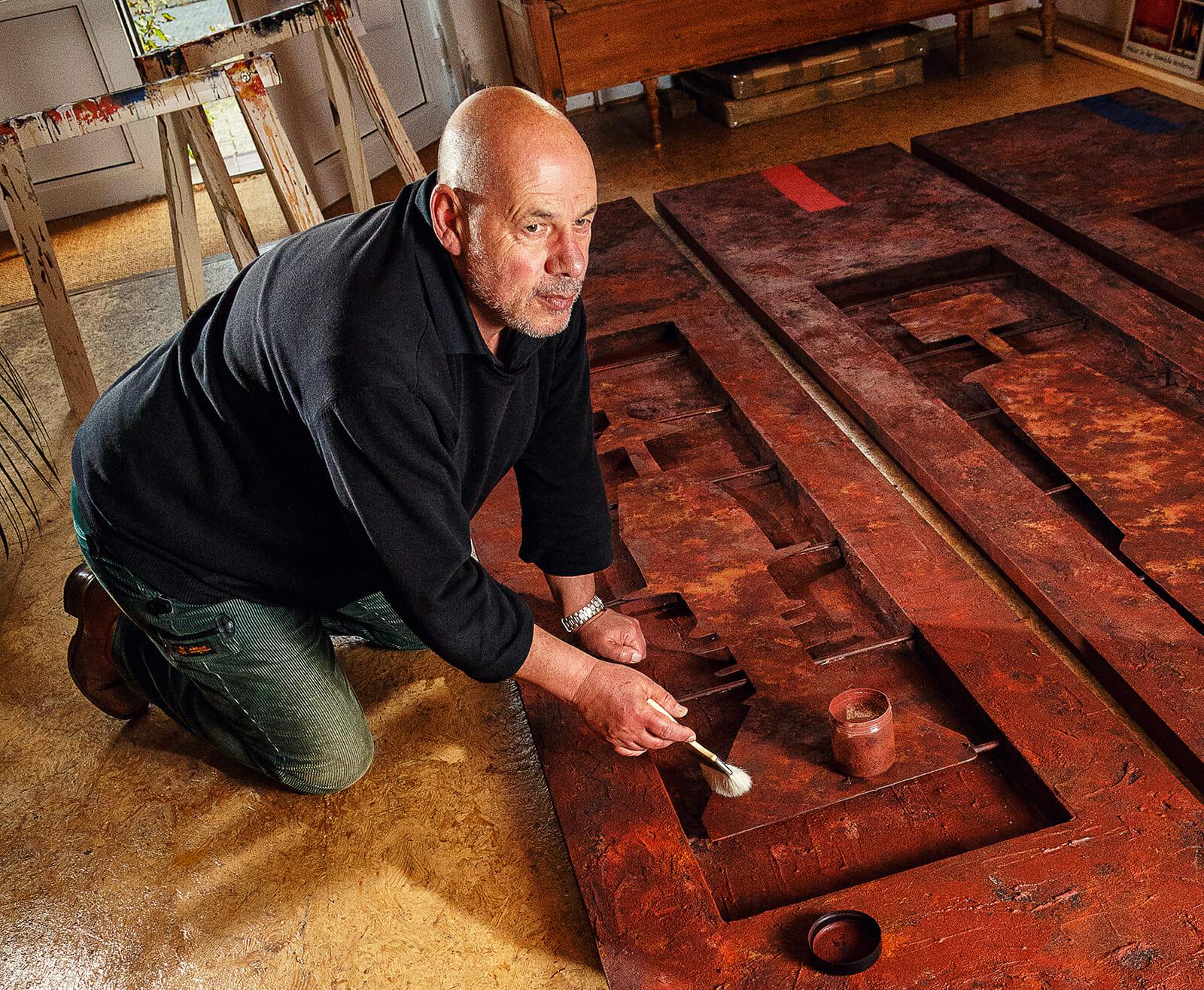Der Norderneyer Künstler Claus-Ulrich Ipsen bei der Arbeit in seinem Atelier.