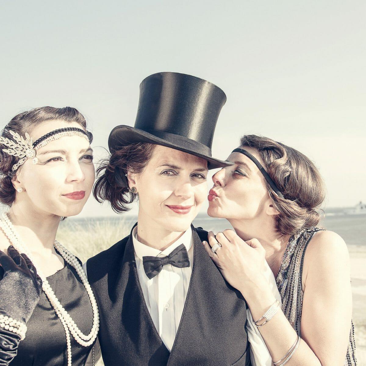 Katja Fülle im 20er Jahre Outfit am Weststrand von Norderney