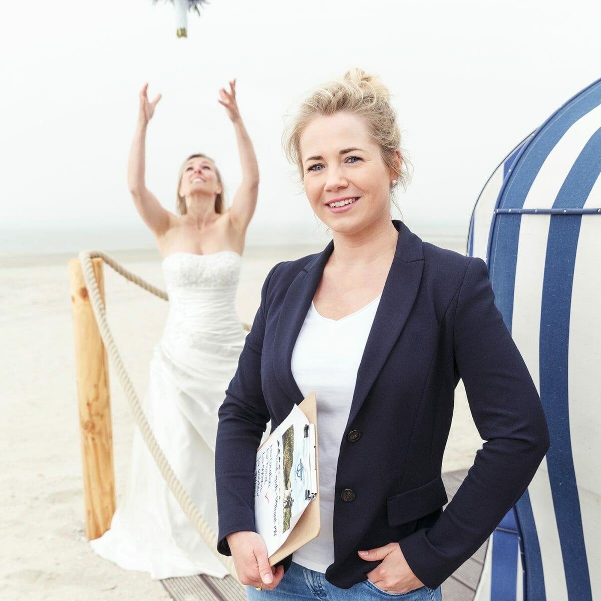 Lisa Müller vor dem Badekarren am Weststrand von Norderney