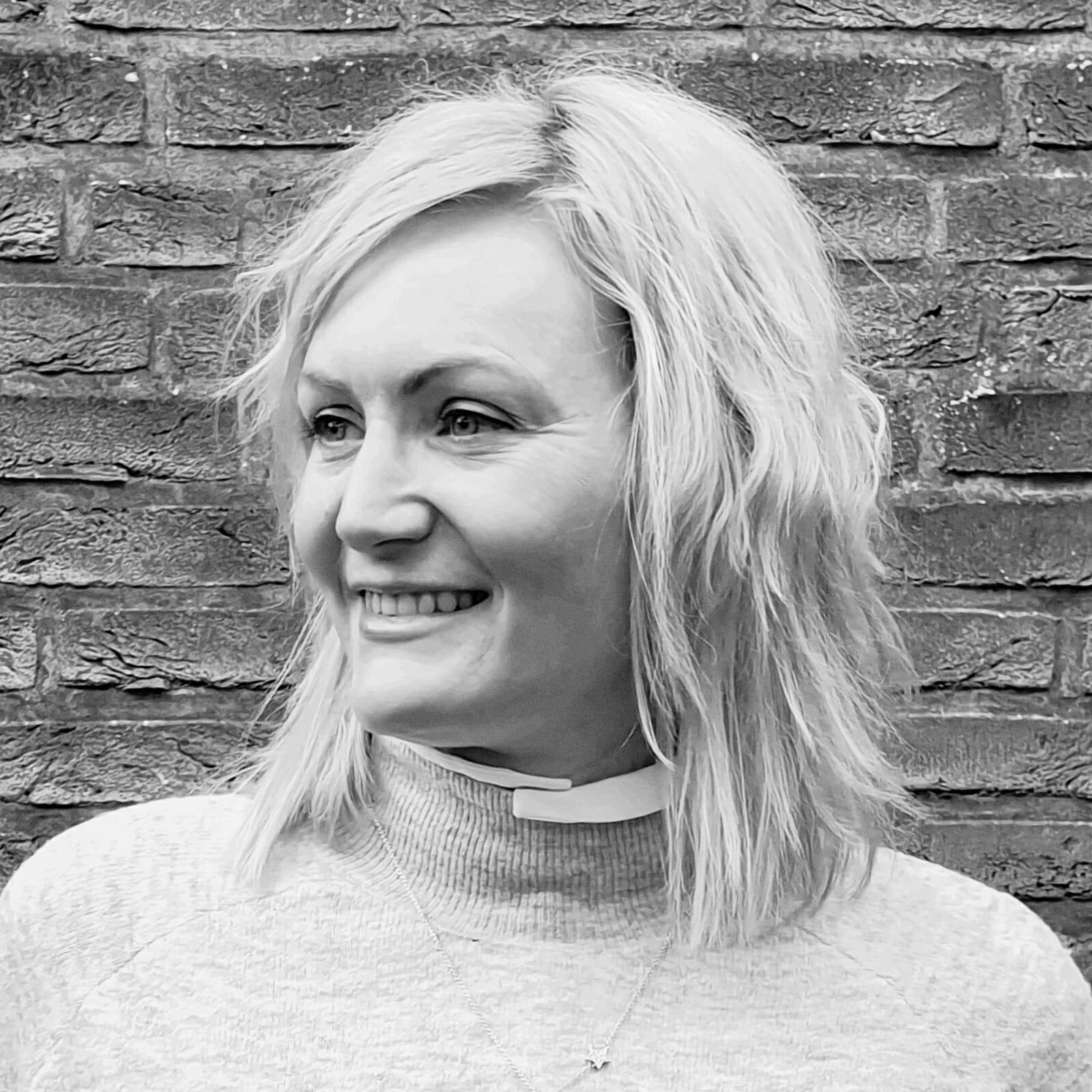 Schwarzweiß Porträt von Melanie König in ihrem Schmuckgeschäft auf Norderney