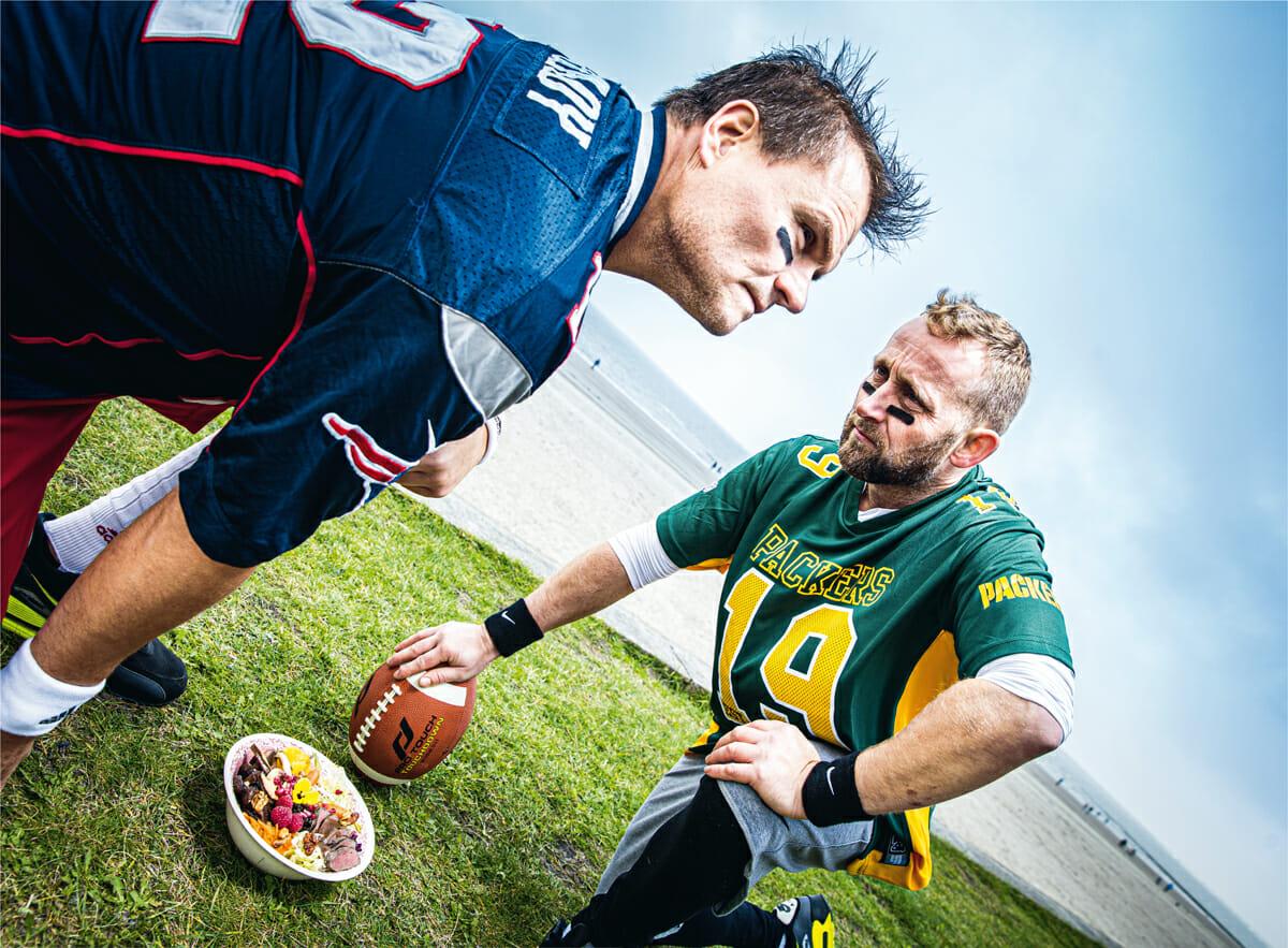 Die Chefköche der Weissen Düne und des Strandhotel Georgshöhe in American Football Outfits mit kulinarischen Bowls am Weststrand von Norderney.