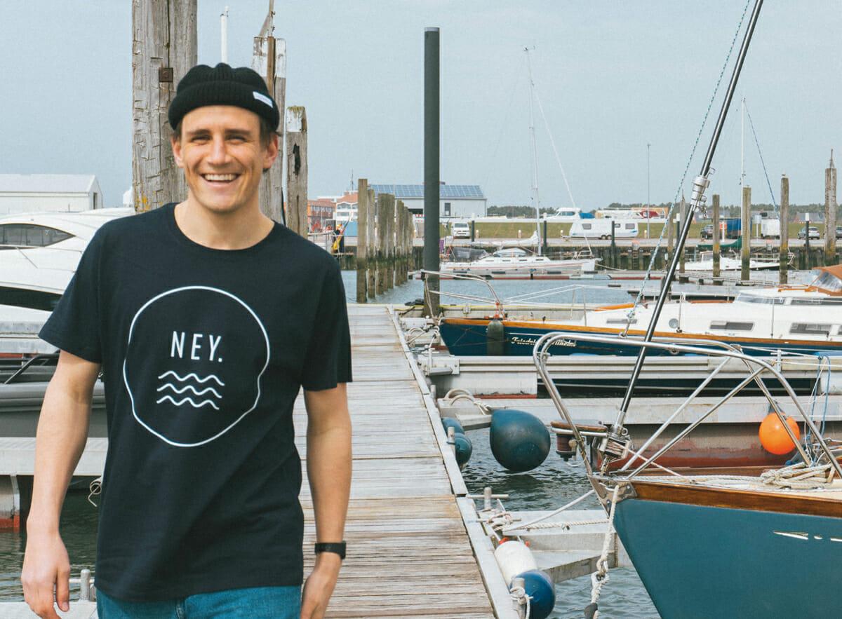 Mit Salzwasser Shirt im Hafen von Norderney