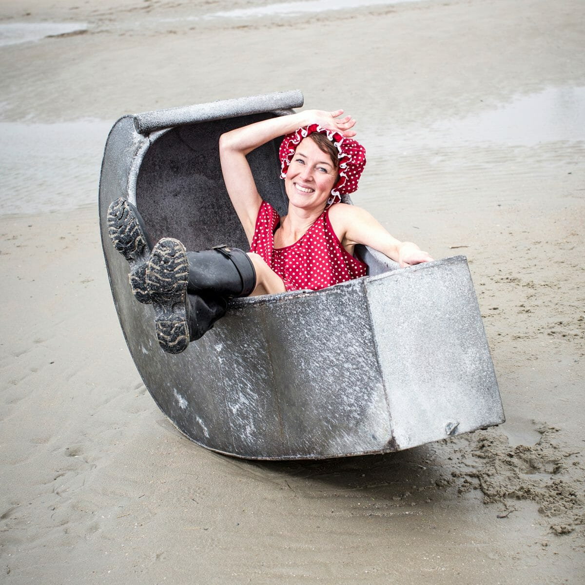 Silke Bruns am Weststrand in einer historischen Badewanne aus dem Bademuseum Norderney