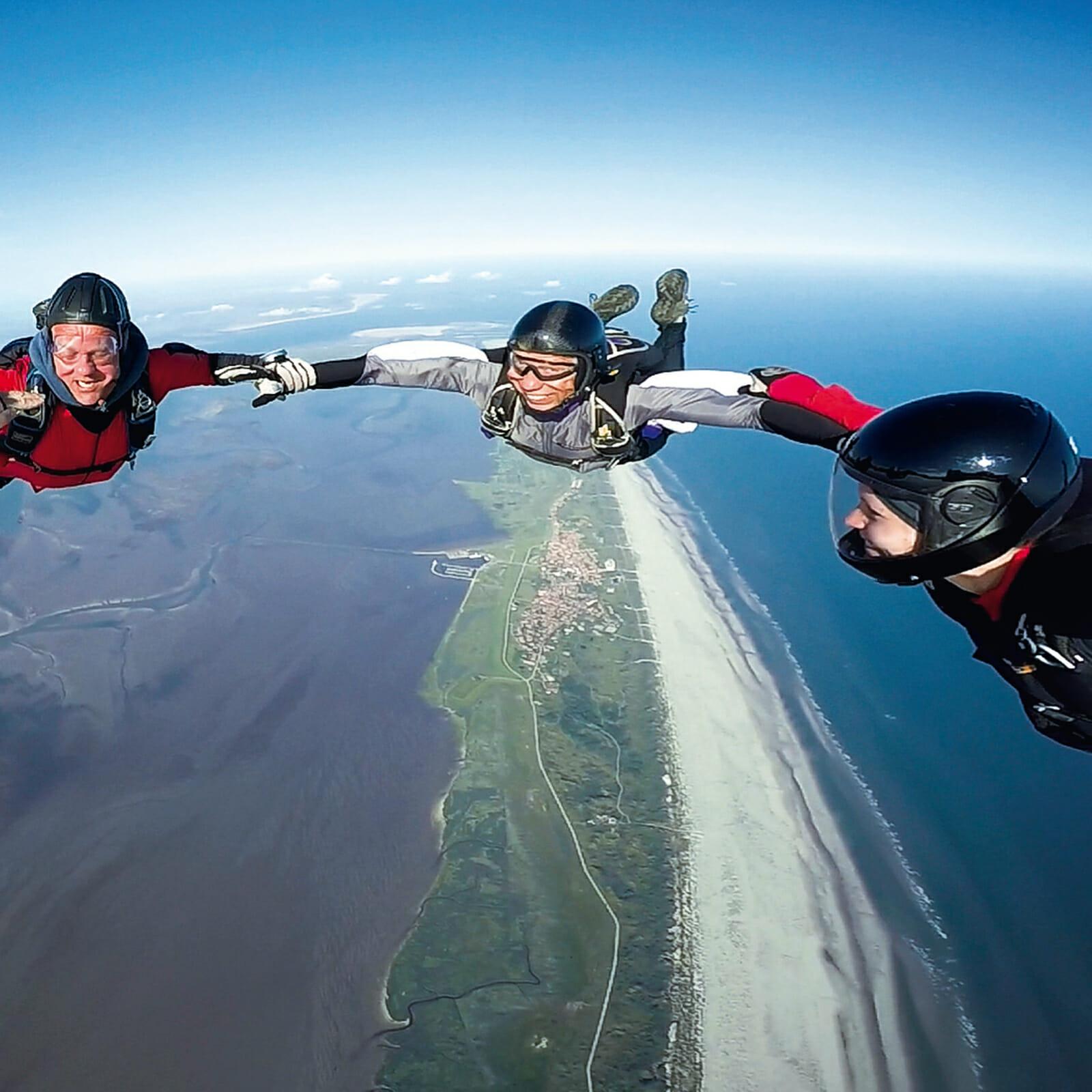Stefan Schnieder bei einem Fallschirmsprung über Norderney