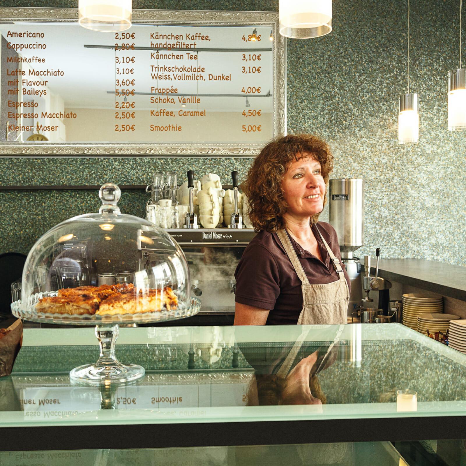 Andrea Rass in der Kaffeegeniesserei Norderney
