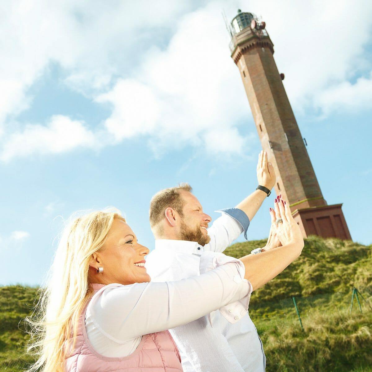 Martina Menken und Jürgen Kröger am Leuchtturm Norderney